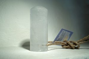 Kristalldeodorant. Cylinderformad och transparent färg. Brun rep iträtt för att enkelt kunna hänga stenen.