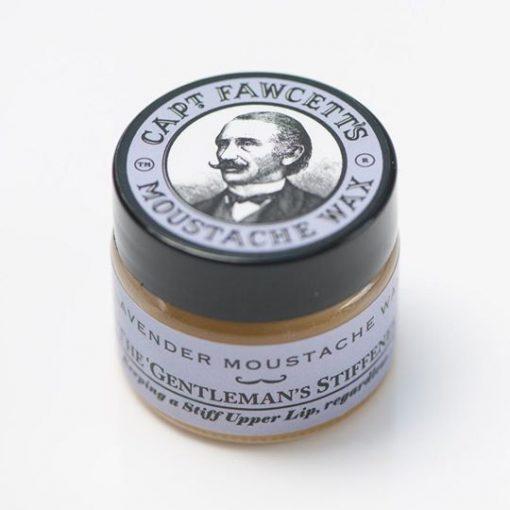 Mustaschvax i glasburk med lila detaljer som symboliserar doften lavendel. Burken helt stängdmed lock på en målad bild av Kapten Fawcett.