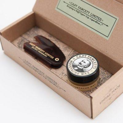 Brun mustaschkam i plast och gult mustaschvax i sandelträ tillsammans i en fin brun presentlåda. Ett presentkit.
