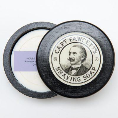 Vit rund raktvål i medföljande rund och svart skål i trä. Lock i svart trä med Kaptenens logga, målad bild av Kapten Fawcett, medföljer. Tvål ståendes.