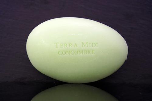 Tvål formad som gåsägg. Tryckt text på ovansidan. Ljusgrön färg, doft av gurka.