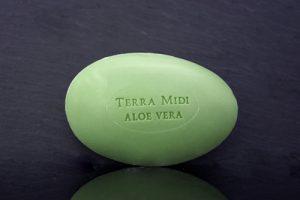 Tvål formad som gåsägg. Tryckt text på ovansidan. Grön färg, doft av Aloe Vera.