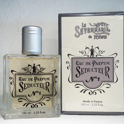 100 ml Parfym för Män. Glasflaska med lock i metall. Ståendes bredvid medföljande kartong med företaget logga på. Doft av Seducteur.