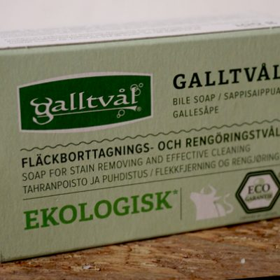 Kartong tillhörande fast galltvål. Ljusgrön med svart och grön text.