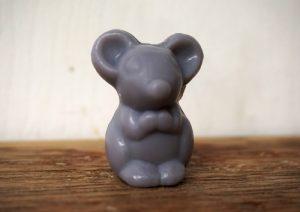 30 gram Liten tvål formad efter djur. Grå sittandes mus.