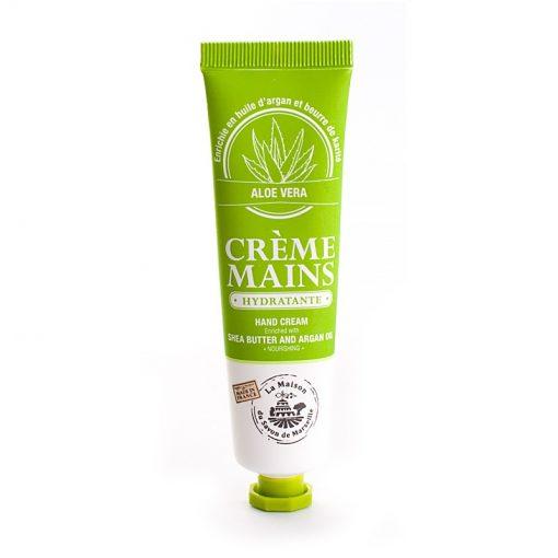 Oval handkräm i färgen ljusgrön. Konformad, bredare upptill och smalare längst ned vid skruvkork i plast. Vit text med märkets namn och logga. Doft av aloe vera.