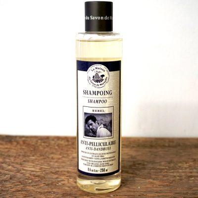 Schampo från La Maison du Savon de Marseille. Transparant plastflaska med vit etikett på och blå text. 250 ml.
