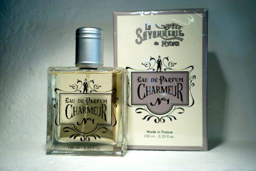 100 ml Parfym för Män. Glasflaska med lock i metall. Ståendes bredvid medföljande kartong med företaget logga på. Doft av Charmeur.