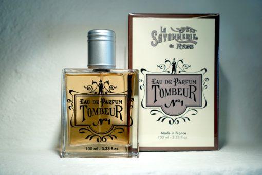 100 ml Parfym för Män. Glasflaska med lock i metall. Ståendes bredvid medföljande kartong med företaget logga på. Doft av Tombeur.