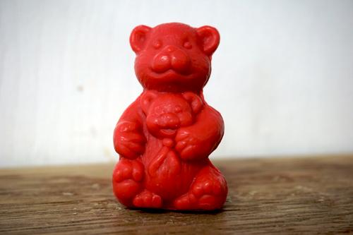 30 gram Liten tvål formad efter djur. Röd sittandes nallebjörn med björnunge i famnen.