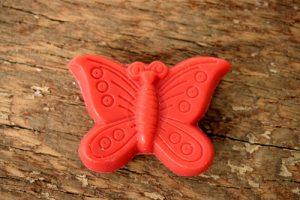 30 gram Liten tvål formad efter djur. Röd liggandes fjäril.