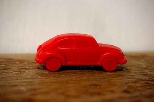 30 gram Liten tvål formad efter djur. Röd stående bil i profil.
