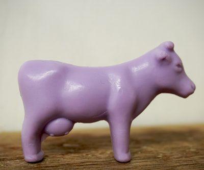 30 gram Liten tvål formad efter djur. Lila ståendes kossa i profil.