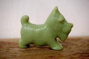 30 gram Liten tvål formad efter djur. Grön ståendes hund i profil.