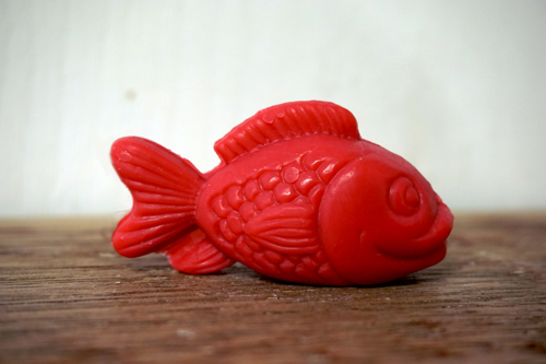 30 gram Liten tvål formad efter djur. Röd ståendes fisk i profil.