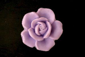 30 gram Liten tvål formad efter blomma. Lila ros.