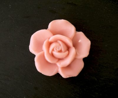 30 gram Liten tvål formad efter blomma. Rosa ros.