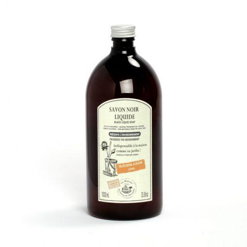 1000 ml Tvättmedel av Savon Noir Liquid. Svart plastflaska med metallfärgad skruvkork. Vit etikett med svart text. Lämplig för golvrengöring.