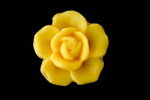 30 gram Liten tvål formad efter blomma. Gul ros.